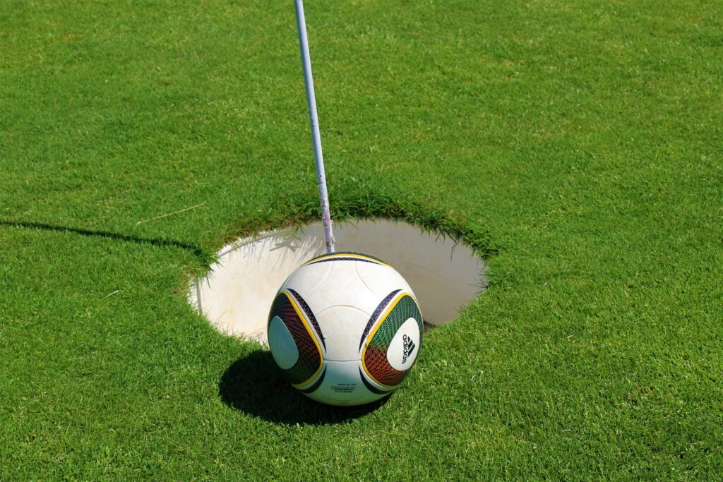 Fußball am Footgolfloch